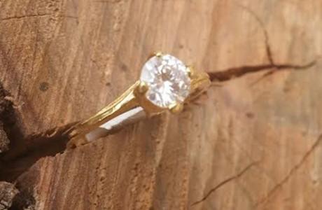 טבעת גולדפילד בשיבוץ אבן זרקון