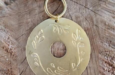 שרשרת ארוכה עם תליון חרוט בעיטורים ציפוי זהב
